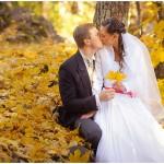"ALT=""wedding couple kissing golden leaves, park, yellow, estonia, katrin press photography"""