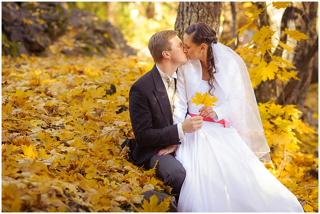 "ALT=""wedding couple kissing golden leaves, park, yellow, estonia, katrin press photography"""
