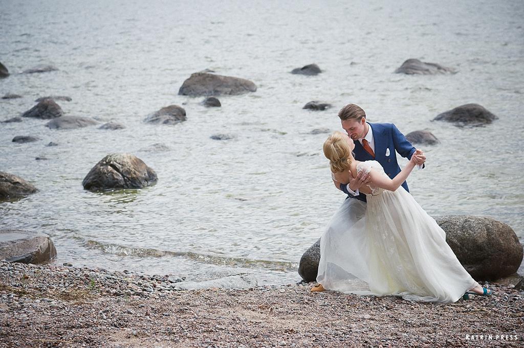 """ALT=""""pulm, wedding, mere ääres, Käsmu, Lainela, pruutpaar, wedding couple, katrin press"""""""